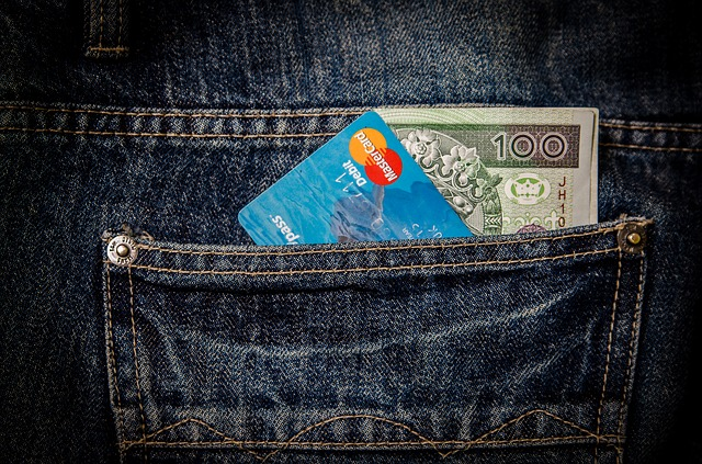 peníze a karta v kapse.jpg