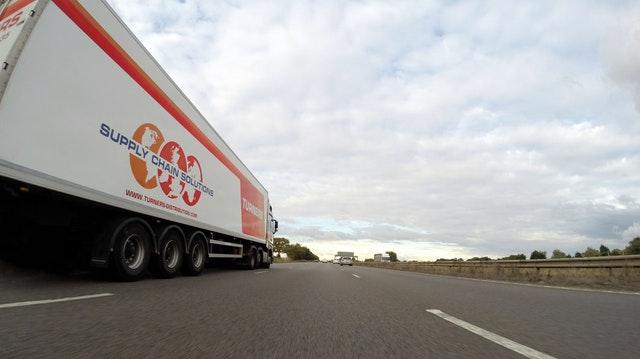 bílý kamion na silnici.jpg